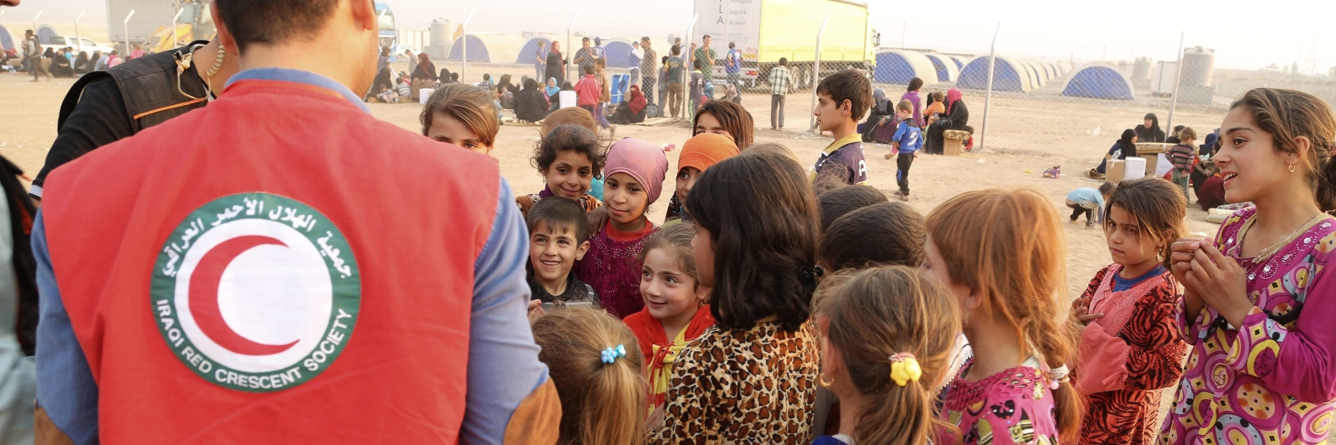 Internally displaced children and Iraqi Red Crescent Volunteer