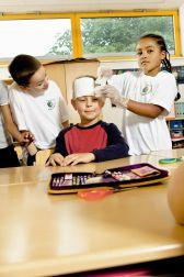 Kinder in der Ludwig-Schwamb Grundschule in Mainz üben Erste Hilfe.